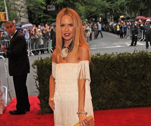 a brief biography of rachel zoe rosenzweig a top hollywood stylist Rachel zoe is an american fashion stylist best known for working with celebrities, fashion houses, beauty firms, advertising agencies and magazine editors and for starring in her reality television series the rachel zoe project.
