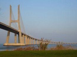 El Puente Vasco da Gama en Lisboa es de 10,5 millas (17 kilómetros) de largo, por lo que es el más largo de Europa.