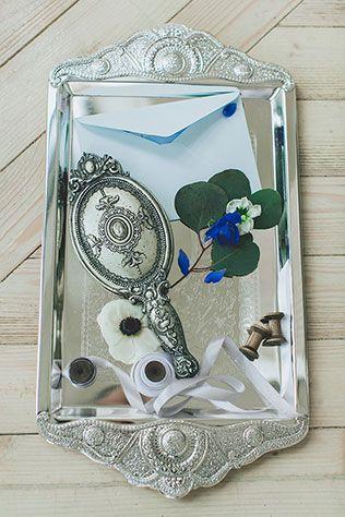 Воздушное утро невесты в голубых тонах, зеркало на подносе