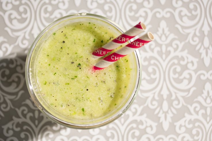 Delicioso y #saludable a simple vista, este #batido verde es la perfecta mezcla de frutas y vegetales para comenzar el día.