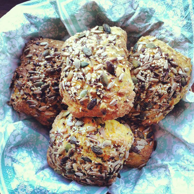 Langtidshævede gulerodsboller med græskar-, solsikkekerner og hørfrø