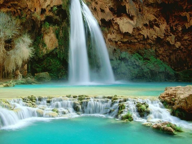 La hermosa catarata Havasupai, localizada en el gran cañón en los Estados Unidos; exactamente en la aldea de los indios Supai.  Las aguas de este río son de color turquesa o más bien azulado verdoso.