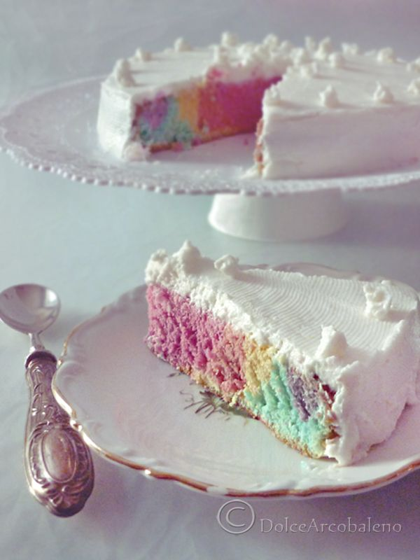La torta arcobaleno light è facile e veloce da preparare, soffice come una nuvola per trasportarci in un magico mondo dai colori inaspettati fatto di tanta dolce bontà. The rainbow light cake is easy and quick to prepare, soft as a cloud to transport us to a magical world with unexpected colors made of so much sweet goodness.