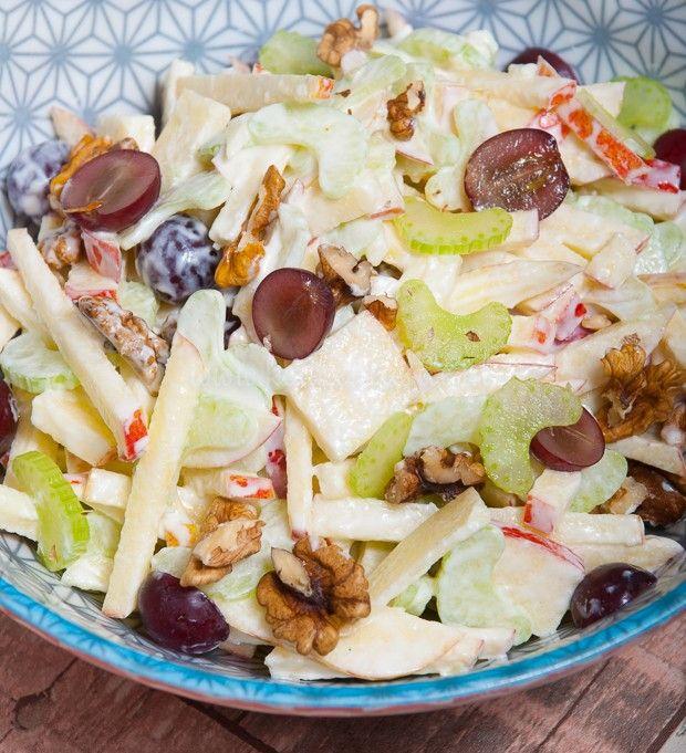 Supersnelle en overheerlijke waldorf salade Zakje ijsbergsla  Bakje selleriesalade Kleine rode ui, gesnipperd Bakje gerookte kip Appel, geschild in blokjes  Trosje pitloze druiven Zakje studentenhaver