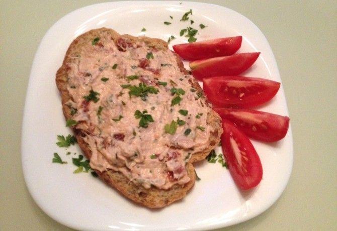 Aszalt paradicsomos-kakukkfüves tonhalkrém recept képpel. Hozzávalók és az elkészítés részletes leírása. Az aszalt paradicsomos-kakukkfüves tonhalkrém elkészítési ideje: 10 perc