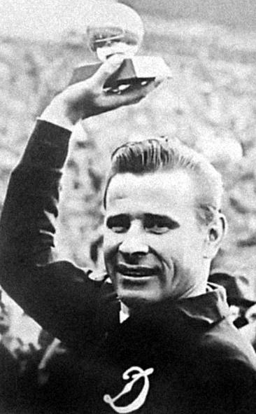 Lev Yachine, la « panthère noire », Médaillé d'or aux Jeux Olympique 1956 et victorieux de l'Euro 1960 avec l'URSS, il est le seul gardien de but de l'histoire nommé Ballon d'Or !