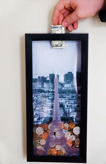 Kotak pigura dengan gambar tujuan liburan jadi celengan kreatif.