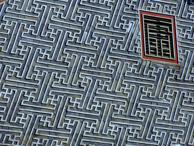 Gorgeous repeating pattern roof detail, from Samcheongak, Seoul Korea. Taken by Flickr user WayneKorea.