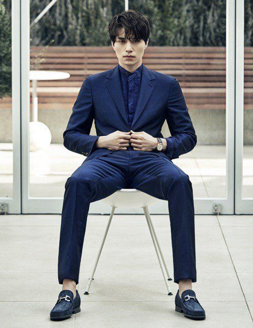 Lee Dong Wookbecame a chic model for 'Arena Homme+'.He put on all types of different suits, putting on an all-navy suit, matching a silk scarf w…