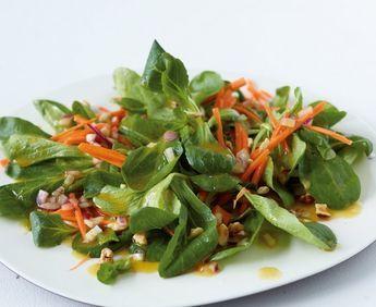 Einen frischen Salat mit Feldsalat, Möhre, Haselnüssen und Honig-Senf-Dressing finden wir einfach super!