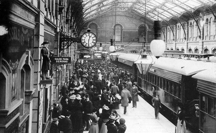 Archivo Gral de la Nacion  1900 Bs. As., El ex presidente Dr. Carlos Pellegrini es despedido en la estación Constitución, hacia La Plata, para embarcarse a bordo del 'Thames' con destino a Europa