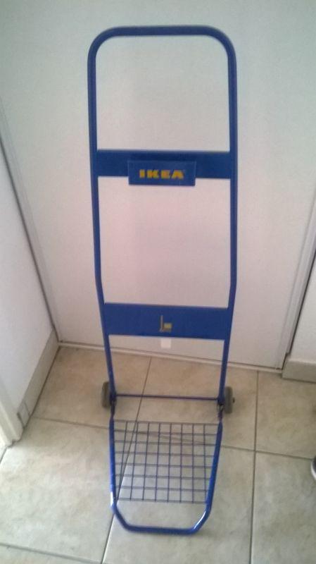 Diable pliant Ikea, très facile à glisser dans sa voiture ou à emporter à pied, il est assez résistant malgré sa petite ossature, dépanne bien pour transporter des cartons (j'ai transporté des meubles en kit en tramway grâce à lui quand je n'avais pas encore de voiture ^^)