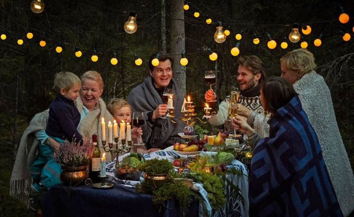 Ruoka-alan toimijat ovat keksineet kaikille sopivan, helpon ja hauskan tavan juhlia itsenäistä Suomea. 100 toimijan joukko kutsuu kaikki suomalaiset mukaan viettämään juhlavuotta syömällä. Ideana on kokoontua pienellä tai suurella joukolla yhteisen pöydän ääreen.