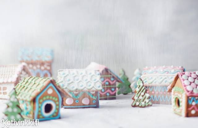 Leivo, paista, koristele ja kokoa pienet piparkakkutalot sarjatyönä ystäville, myyjäisiin tai jouluiloksi omalle ikkunalle. Tai tee tämän ohjeen mukaan taikina ja kuorrutus ja rakenna yksi suuri unelmiesi piparkakkutalo!  Build a gingerbread house. Kuva/pic Riikka Kantinkoski #gingerbread #gingerbreadhouse #christmascookies