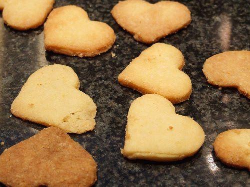 Koekjesdeeg: 175 gr suiker, 200 gr volkorenmeel, 125 gr bloem, 1 ei, 250 gr boter