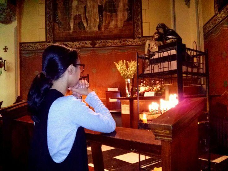 Berdoa. Seorang pendoa sedang merapal doa di Gereja Katedral St Perawan Maria Diangkat ke Surga Keuskupan Agung Jakarta, Rabu, 1/1.