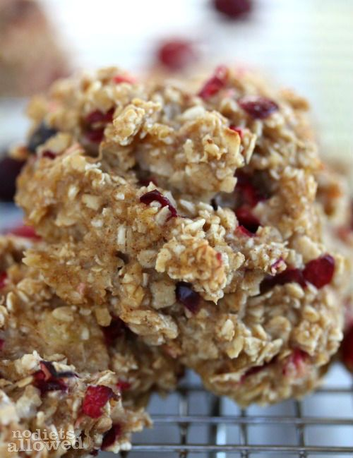 Healthy Oatmeal Breakfast Cookies 2 ripe bananas, mashed 1/2 cup unsweetened applesauce 1/4 cup honey or organic agave 2 tsp pure vanilla extract 1 tsp cinnamon 2 cups whole quick oats 1/2 cup fresh cranberries (coarsely chopped) or craisins (optional)