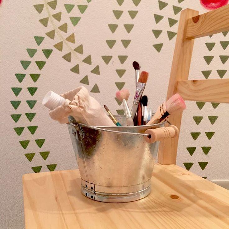 #paintingtools #wip  左手での制作、順調です������ 早くも箸を使うことに慣れ、仕事もプライベートも案外不自由してないです。小さい時からピアノや造形、大学で陶芸をやっていたのが良かったのかも��✨ リハビリが効いていて右手の回復も期待できる♪ #muralpainting #紀尾井町 #bridalstore #bridaldress #kanakotrip #illustration  Green goldの部分が本日8時間分の仕事�� お店には美しい#ウェディングドレス がたくさん並べられはじめました���� http://gelinshop.com/ipost/1517479813996439076/?code=BUPK9nTFWYk