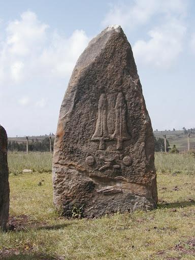 Стелы Tiya, Эфиопия, к югу от Аддис Ababa. Место содержит 36 памятников, в том числе 32 резанный stelae покрыл (иногда загадочный) символами, особенно мечи. Согласно Joussaume (1995), кто приводил археологическую работу в Tiya, место относительно недавнее, датировал до периода между 11-м и 13-м СОВЕТОМ Европы столетий. Позже, датируя размещает им некоторое время между 10-м и 15-м СОВЕТОМ Европы столетий. Однако, здание мегалитов в Эфиопии - очень древняя традиция.