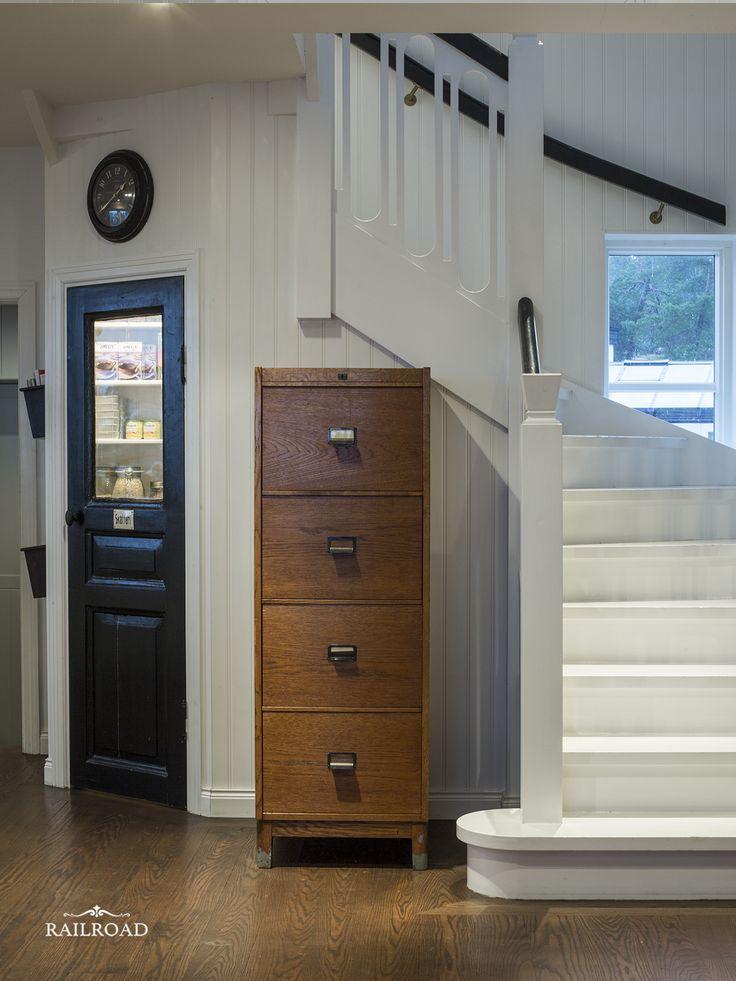 Inbyggt skafferi under trappan – RailRoad Home
