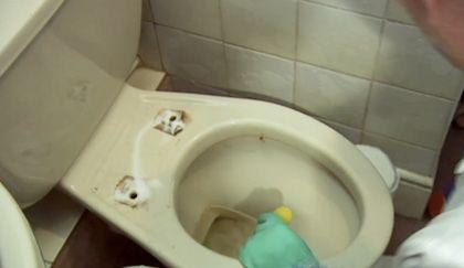 Forse non lo vedete, ma anche il vostro wc è incrostato! Aggie vi spiega come pulire il bagno davvero a fondo, anche là dove il vostro occhio non arriva! Non vi disgustate, perché se il vostro wc non è così mal ridotto ha sicuramente una zona incrostata che non pulite mai! Correte in cucina a prendere … Continued