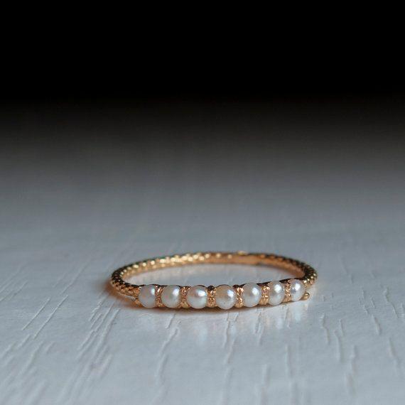 Gold Perle Ewigkeit Ring - Perle Halbring Wunderbar zarte Ring mit 7 echte Perlen in einem einfachen und eleganten eine halbe Ewigkeit-ring Von hand gefertigt, mit einem einzigartigen Verdrehung schaft mit hochdetaillierten Textur legen Sie dann mit 7 Süßwasser-Perlen mit tiefen und majestätisch schimmernden Farbton Erhältlich in Gold, Silber und vergoldet. Diese dünnen Ring-Schaft ist: 0,05 Zoll breit (1.2 mm) und hat ein Spiralseil texture rund um (sehr schön). Die Steine sind 1,75 mm…