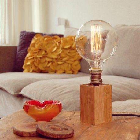 Mooi door zijn eenvoud, de Cube. hout is van Bamboo en de fitting is echt antiek met een mooi vintage zwart snoer. Om het te verzwaren is hij vol gegoten met gips beton, zo staat hij stevig op zijn plek  - Door de oude fitting is er van dit model maar 1 exemplaar. - Inclusief lamp