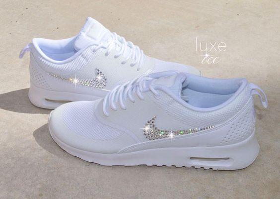 Nike Air Max Thea - weiß mit 2088 Kristallen SWAROVSKI® Xirius Rose-Schliff. Farbe: weiß   Bitte beachten Sie: Dieser Stil neigt dazu, ein wenig klein, so dass wir empfehlen, dass Sie eine ½ Größe größer als Ihre normalen Schuh zu bestellen.   Brandneu! 100 % authentische Thea NIKE-Turnschuhe mit den NIKE-Logos verkrustete mit 2088 SWAROVSKI® Xirius Rose-Schliff Kristallen.  Wählen Sie außen Nike-Logo nur, oder innen und außen Logos.  Wir verwenden die besten Kristalle der Welt SWAROVSKI®…
