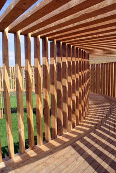 Pasarela de madera para exhibir obras de arte contemporáneo | Planos de Casas Gratis
