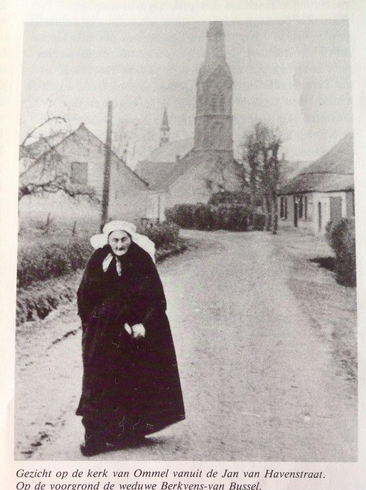 Weduwe Berkvens-van Bussel (overgrootmoeder) van de kerk naar huis.