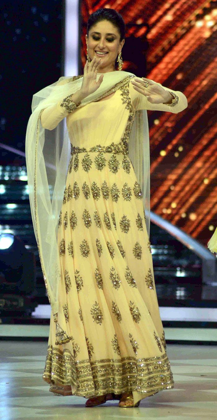 Actress Kareena Kapoor, fabulous in a beautiful Manish Malhotra beige outfit, promoted her upcoming film Singham Returns on the sets of Jhalak Dikhhla Jaa on July 29. http://movies.ndtv.com/photos/sare-yahan-nache-nache-kareena-madhuri-sophie-18201