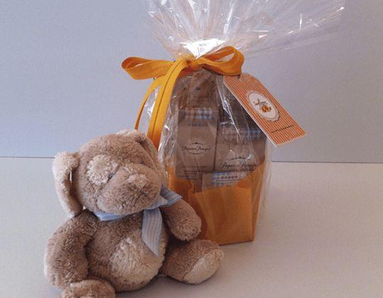 PEQUEÑOS PRÍNCIPES – Pack Bienvenido Bebé  Pack de bienvenida para tu bebé, con productos de la línea cosmética infantil Pequeños Príncipes, 100% bio y ecológicos, certificados por BDIH.  Contenido del pack: Agua de Colonia Infantil: suave aroma a cítrico, dulce y delicado. Aceite de masaje hidratante: para los momentos de relax del bebé y la mamá. Gel de baño: muy suave con un agradable olor a cítrico. Crema de pañal: para un culito sano y protegido.