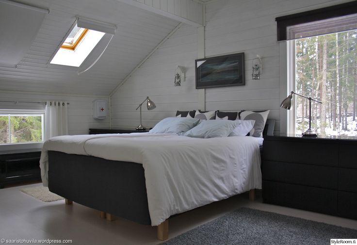 makuuhuone,kattoikkuna,yöpöytä,jälkeen,remontti,tyylikäs,skandinaavinen,tyyni,harmaa,valkoinen,minimalismi,valkoinen sisustus