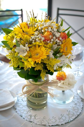 Nossa decoração pro casamento: amarelo, laranja e branco .
