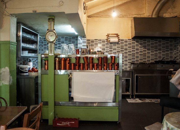 Στο ιστορικό οινομαγειρείο των Αμπελοκήπων οι τιμές και η ατμόσφαιρα έχουν μείνει σε περασμένες δεκαετίες και ανάμεσα στα βαρέλια με το κρασί αντηχούν οι φωνές από το γήπεδο του Παναθηναϊκού.