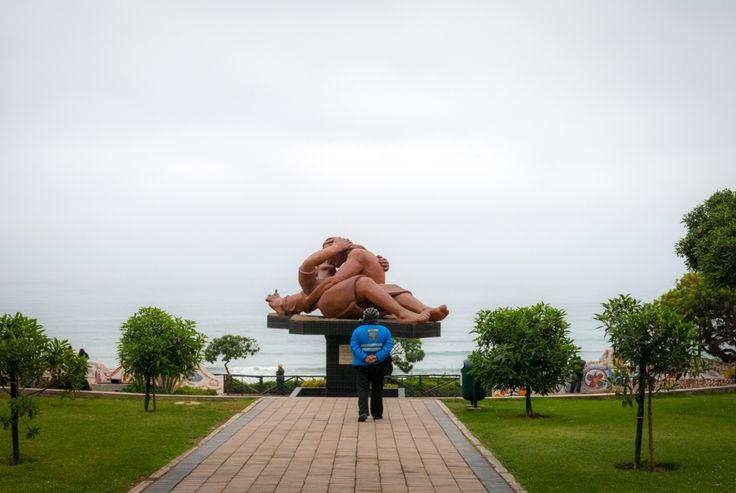 Parque del Amor: La escultura representa a dos jóvenes enamorados, reclinados besándose, tiene una dimensión de 12 metros de largo por 3 metros de altura.  Muchas parejas de recién casados, con el bouquet en la mano, acuden al parque para sellar con un beso la consagración de su boda.