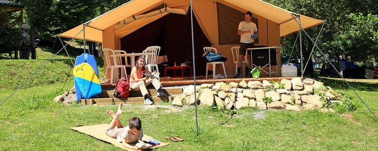 Col d'Ibardin - Camping Sunêlia. Entre mer et montagne, partez camper au pied du massif de La Rhune, dans une forêt de chênes centenaires et à proximité des plages de Saint-Jean de Luz et Hendaye.