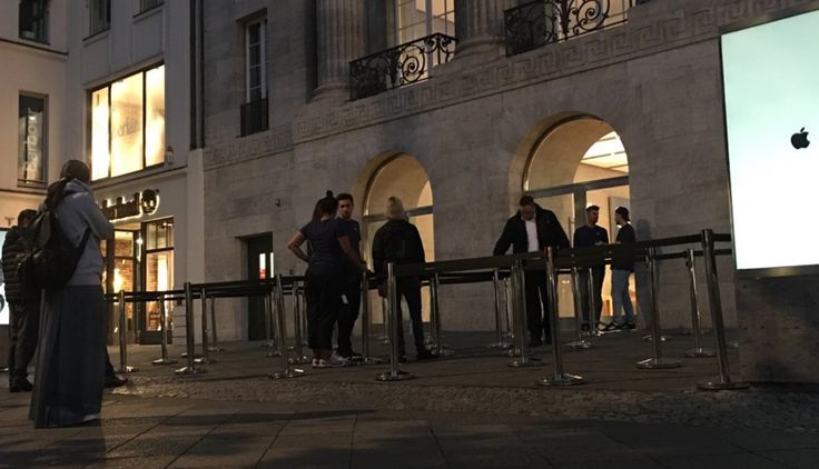 Jet Black Friday: Heute iPhone 7 Release Day! - https://apfeleimer.de/2016/09/jet-black-friday-heute-iphone-7-release-day - Schlangestehen lohnt nicht: Heute ist iPhone 7 Verkaufsstart und Schlangen vor dem Apple Store sind praktisch nicht vorhanden. Nein, die fehlenden Schlangen beim Verkaufsstart sind kein Indiz, dass sich das iPhone 7 nicht verkauft. Stattdessen wird es – erstmalig in der Geschichte –...