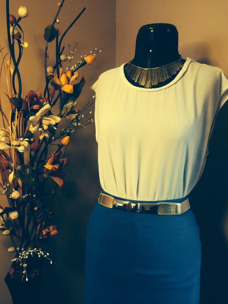 Blusa de gasa y una linda falda azul te hace ver elegante y casual a la vez