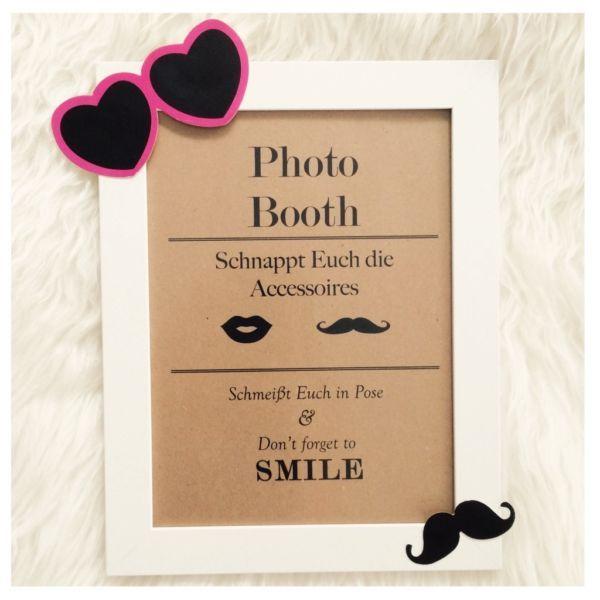 Verkaufe Bild mit Rahmen als Aufsteller für die Fotobox. Allerdings ohne aufgeklebte Accessoires (Schnurrbart und Brille)Größe 21,5 x 28 cm