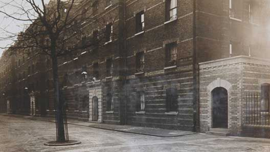 Pimlico-history In 1881 around 2,000 people lived there, many of them working in the nearby Chelsea Barracks. There were also lamplighters, messengers, charwomen, policemen and plumbers, while Charles Sutton, who lived in C Block, was employed as a porter at Buckingham Palace.