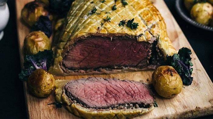 """Роскошная говядина """"Веллингтон"""" - просто идеальное блюдо для торжественного стола… Мясо получается сочным, нежным и стоит потраченных усилий и времени"""