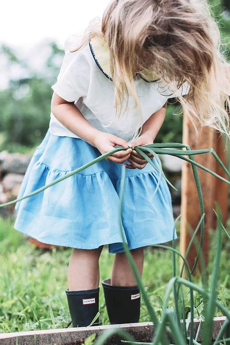 mode-petite-fille-été-jupe-évasée-bleu-clair-blouse-blanche-bottes-pluie