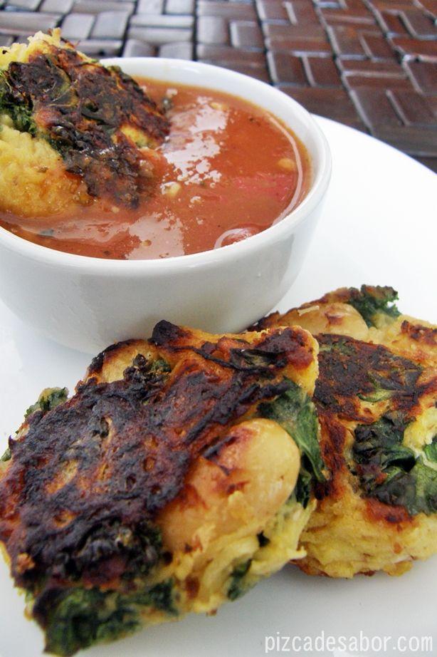 Tortitas crujientes de calabaza espagueti con espinaca y alubias (perfecta para aprovechar las sobras de la calabaza espagueti) con salsa marinara.
