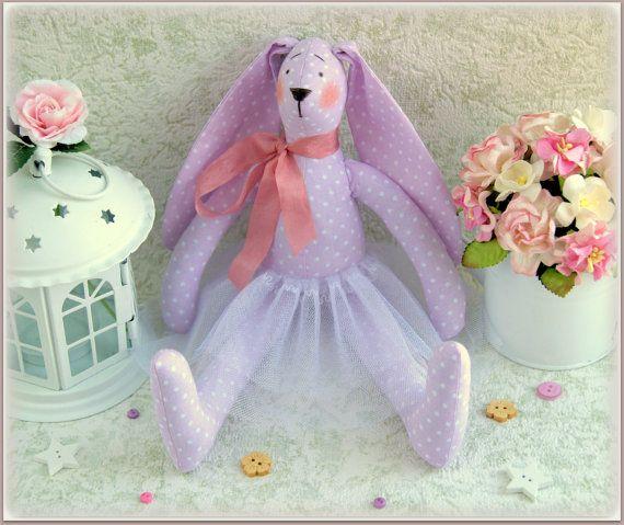 Esta bailarina adorable conejo del juguete para los niños. Bonito regalo para las niñas. Hecho con amor y mucho cuidado en un hogar libre de humo de nuevo tejido y relleno con relleno de poliéster hipoalergénica. Lavar sólo a mano.  Acepto solo PayPal  Envío en todo el mundo $10.  Gracias por visitar mi tienda y tienen un maravilloso día
