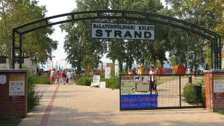 Strandok a térségben A felüdülést jelentő lubickolás mellett a Balaton nyáron számos vízi sportolási, kirándulási lehetőséget kínál: vizibiciklizés, csúszdázás, szörfözés, vitorlázás, hajókirándulás.  A legtöbb strandhoz a sportpályák, játszóterek, kölcsönzők, animációs foglalkozások ugyanúgy hozzátartoznak, mint a vendéglátóegységek, a mosdók, strandcikk üzletek.