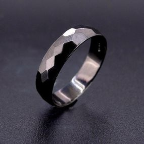 Anello diamantato con rodio nero.  Disponibile in oro e in argento.