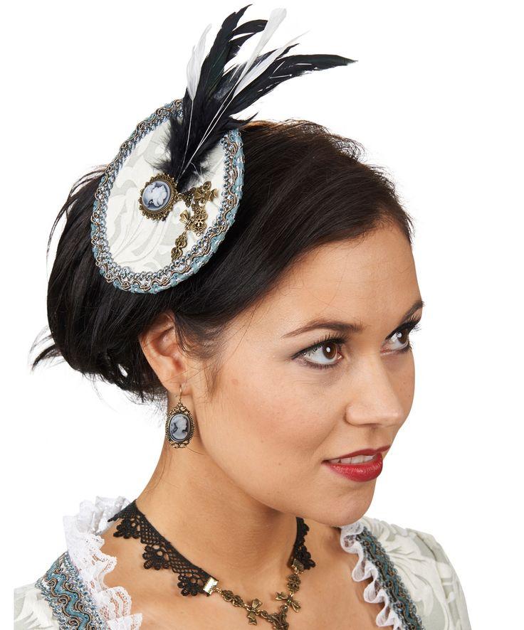Украшение на заколке выполнено в стиле украшений 19-го века. В средине имитации шляпки, обтянутой белой плиссированной тканью, находится камея. Белые и черные перья украшения придают образу утонченность и шарм. Купить http://fas.st/kW1-Yt