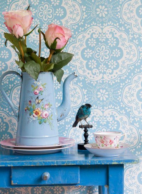 Mooi behang van Room Seven Foto wijkt iets af van het origineel. Het is iets minderblauw, meer naar grijs toe. De kleur is hetzelfde als het behang Dots Blue*Verspringend patroon van 13,25 cm * Droog verwijderbaar * Muur inlijmen * Afwasbaar * Behangnummer: 2000130