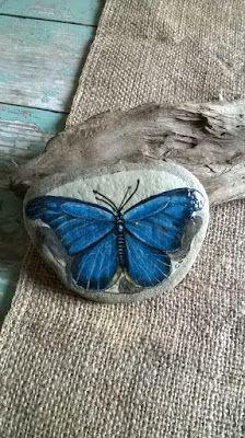 Cristina Gemellaro Collezione farfalle dipinte su pietre di mare della Maremma in Toscana.